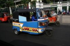 ジャカルタにはバジャイ(BAJAJ)という三輪車が走っています【インドネシア自動車事情】 のパーマリンク