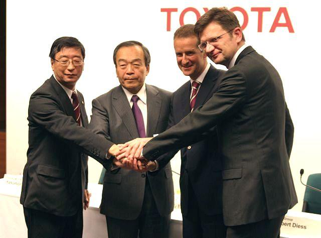 会見で握手を交わすトヨタの内山田副会長とBMW首脳陣
