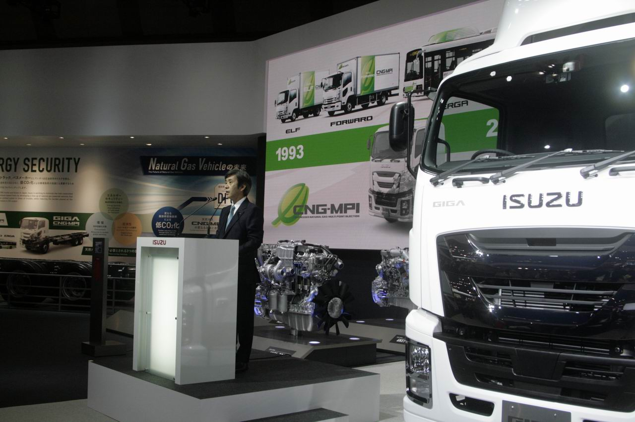 「【東京モーターショー15】いすゞは、持続可能な大型トラックへ天然ガス車を提案」の1枚目の画像