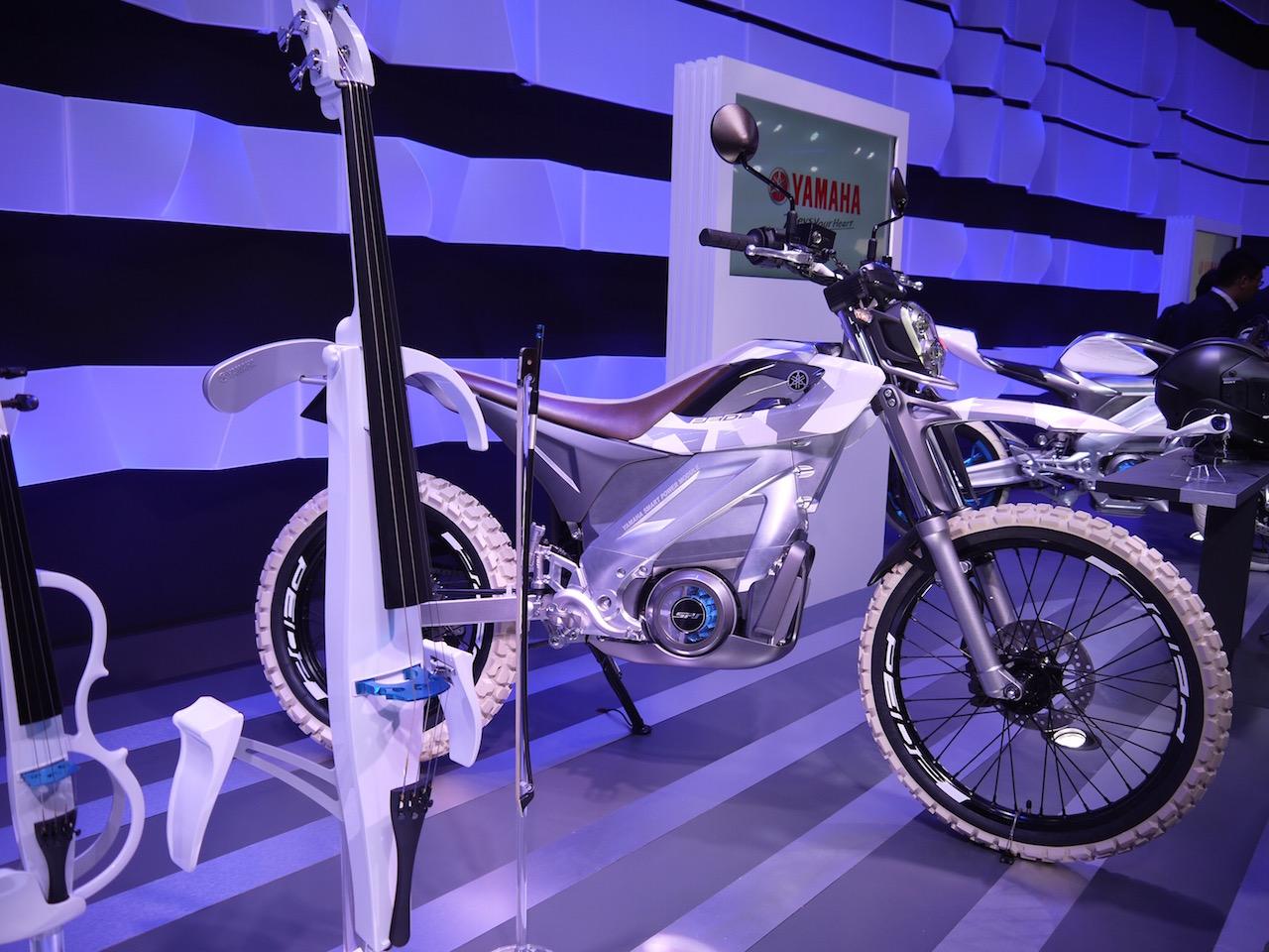 「【東京モーターショー15】ヒト型ロボットを搭載し自律走行するバイクがヤマハブースに登場」の1枚目の画像
