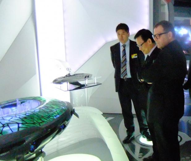 中国の都市規模の宇宙船を見るシュライヤーとオー