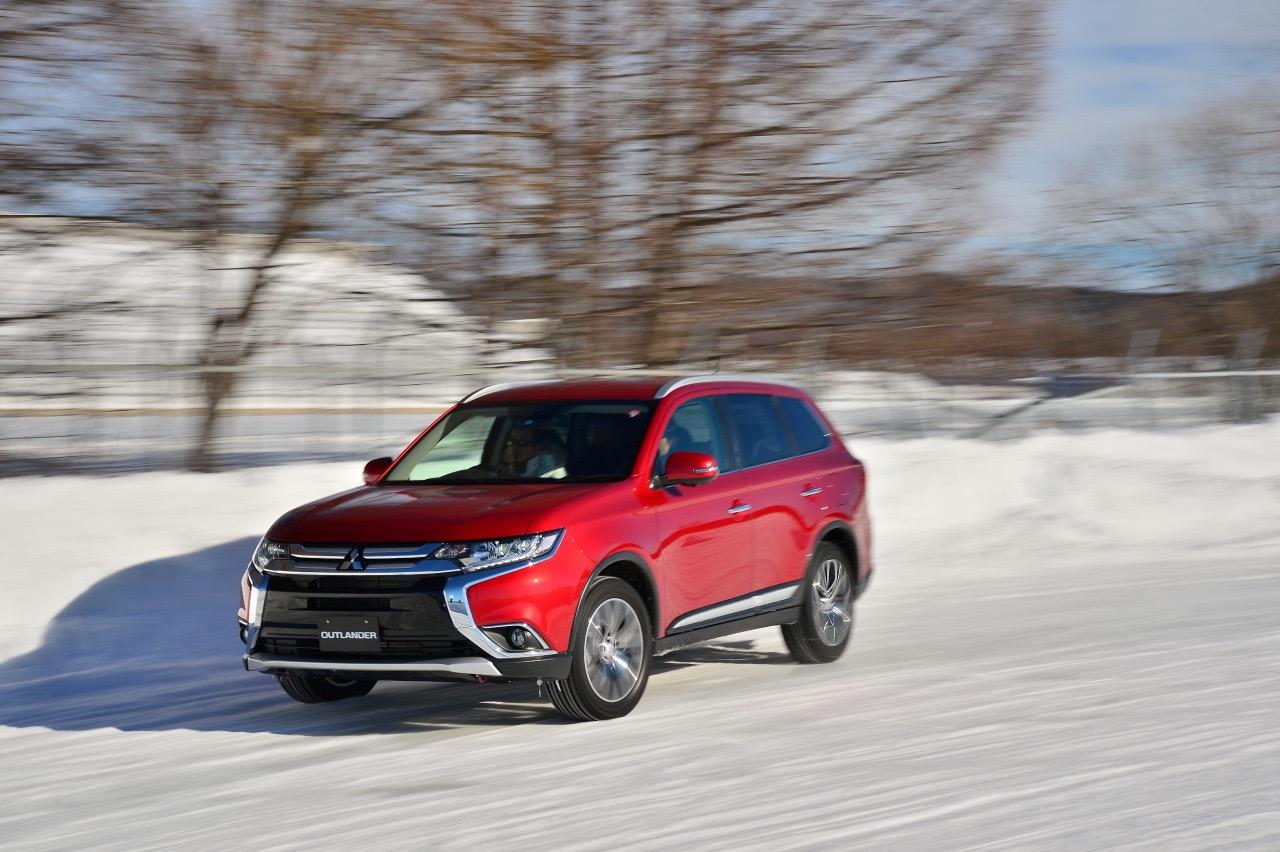 「アウトランダー(ガソリン)の美点は「雪上でも軽快」と表現できる旋回性能の高さ」の1枚目の画像
