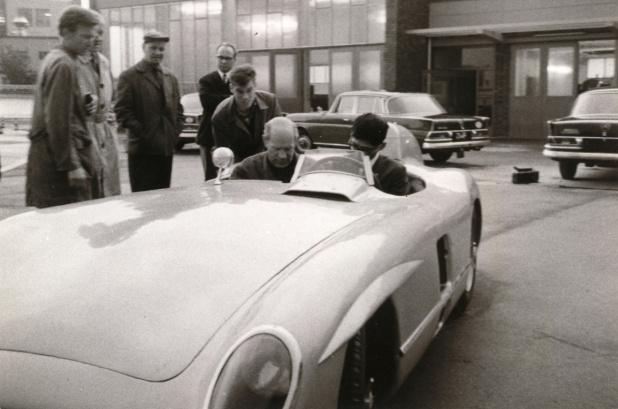 半世紀前に乗せてもらったレーシングカー300SLR。キーをまわした記憶はなく、イグニッション、マグネット、チョーク、スタートボタンの順でした。