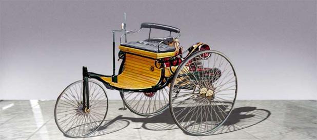ベンツ・パテントモートルヴァーゲン複製車。水冷4ストローク単気筒984cc後輪駆動3輪車。