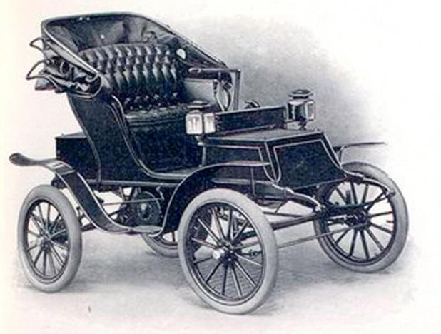 自動車初期は、電気、蒸気、内燃機関が競い、電気が多数でした。米ステュドベーカー社の1903 EVも操舵柄です。