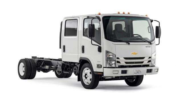 ボウタイのついたいすゞエルフ? いえ、シボレーの中型トラックです | clicccar.com(クリッカー)
