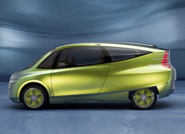"""2005メルセデス-ベンツ・""""バイオニック""""コンセプトカー。全長4242mm、全幅1816mm、全高1595mm。エコの象徴で鮮やかなグリーンで登場」。"""