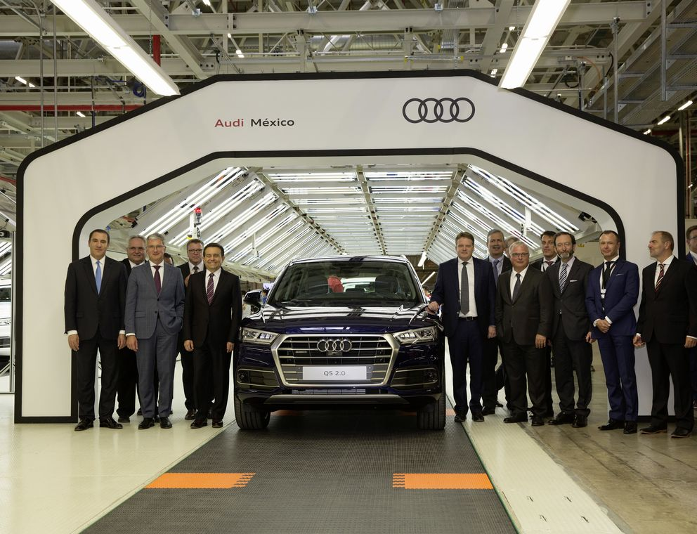 Audi Mexiko: Guests of the inauguration event in the Audi plant in San José Chiapa at the finish line in Assembly. © AUDI AG