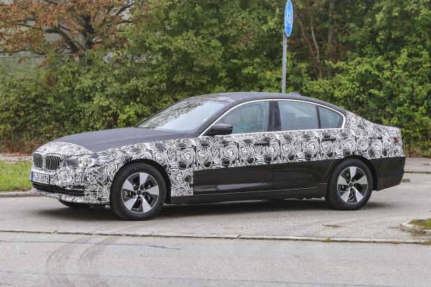 BMW 5-Series Sedan Plugin-Hybrid 010