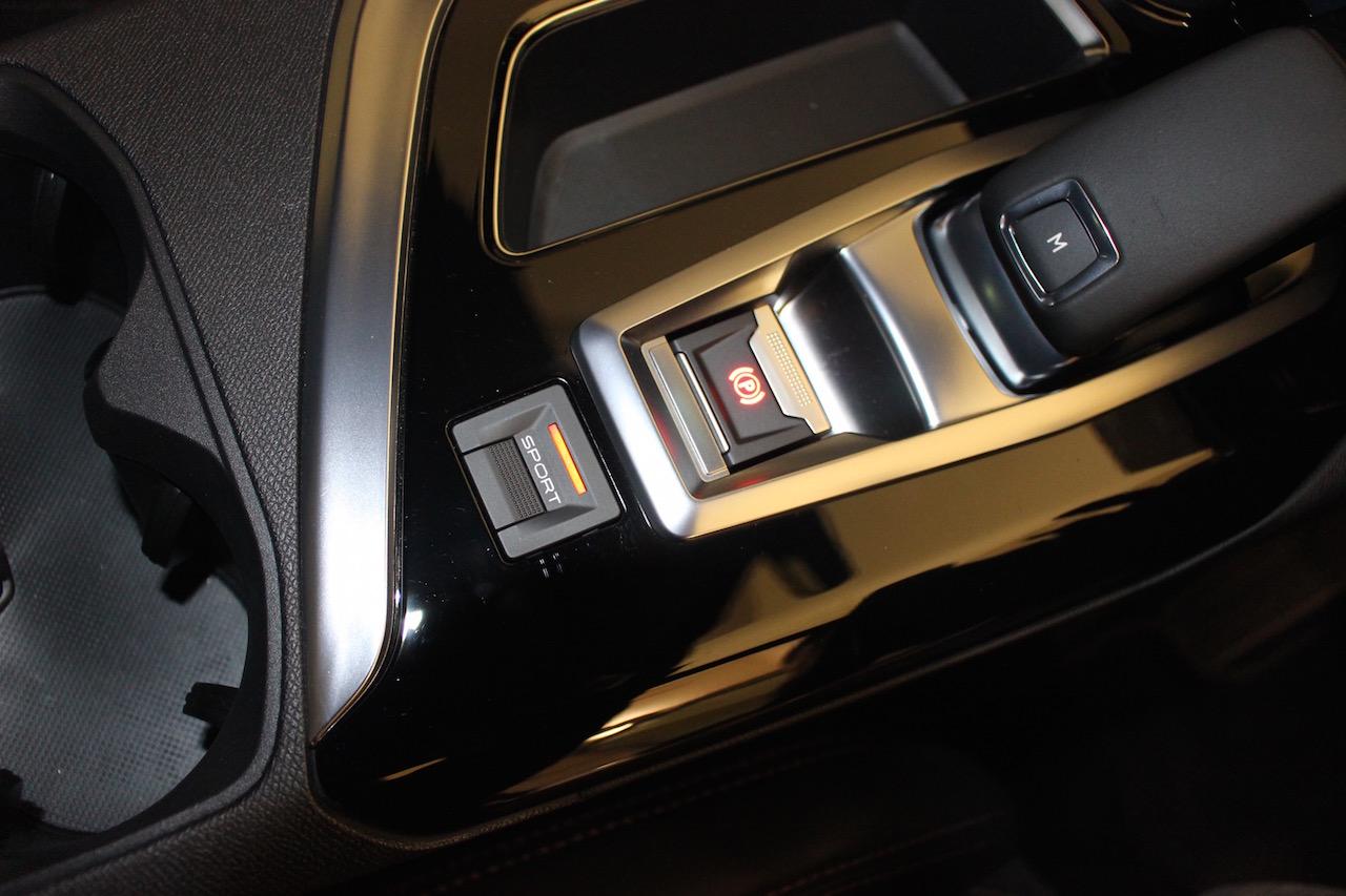 「【新型プジョー3008】VWティグアンがライバルのCセグメント派生SUVが公開」の6枚目の画像