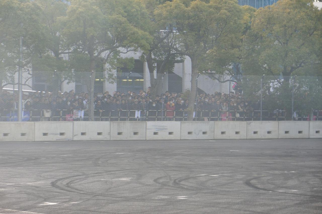 「【東京オートサロン2018】クラッシュ寸止めの走りに大興奮! D1 Kick Off Driftで凄技を披露」の1枚目の画像