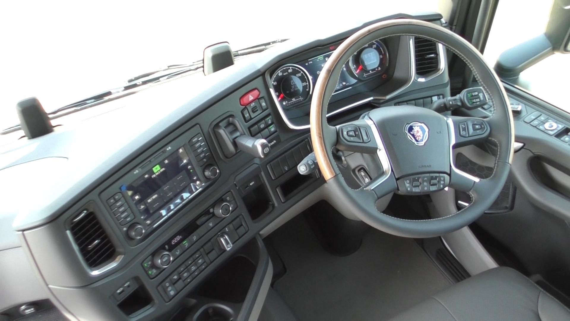 「大型トラックは運転席を丸ごと前倒しできるって知ってました?【新型スカニア・R450】」の2枚目の画像