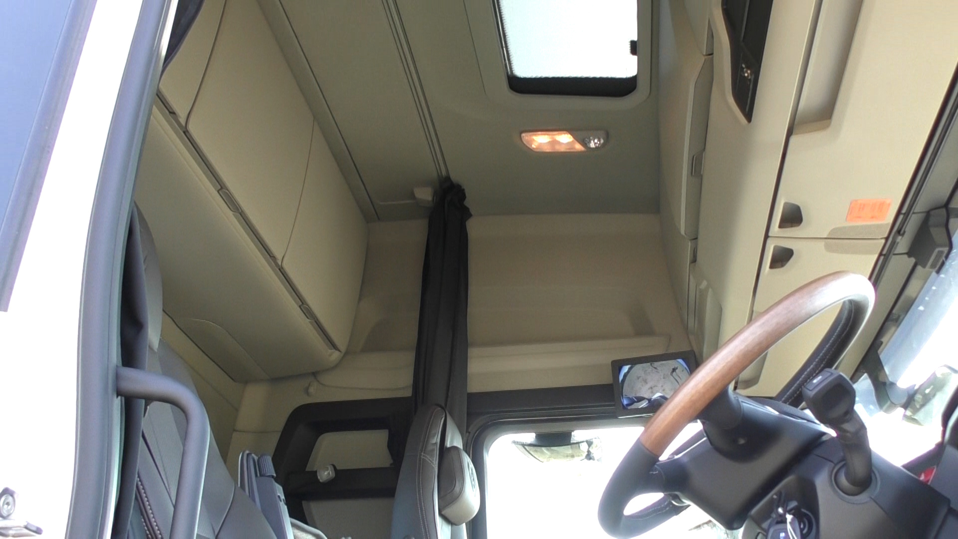 「大型トラックは運転席を丸ごと前倒しできるって知ってました?【新型スカニア・R450】」の4枚目の画像