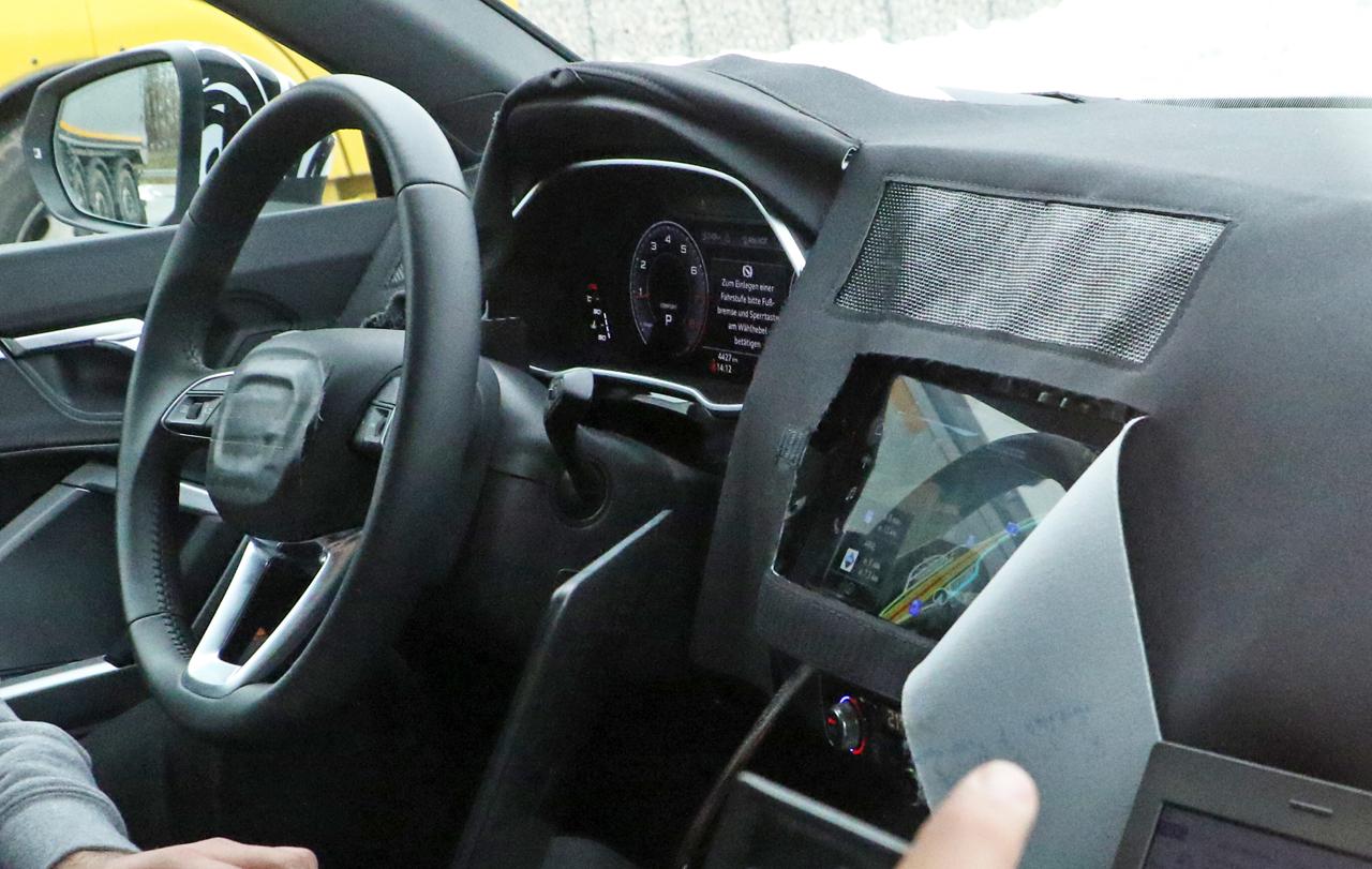 アウディ・Q3次期型に設定される306馬力の「SQ3」、ハイテクコックピットを激写