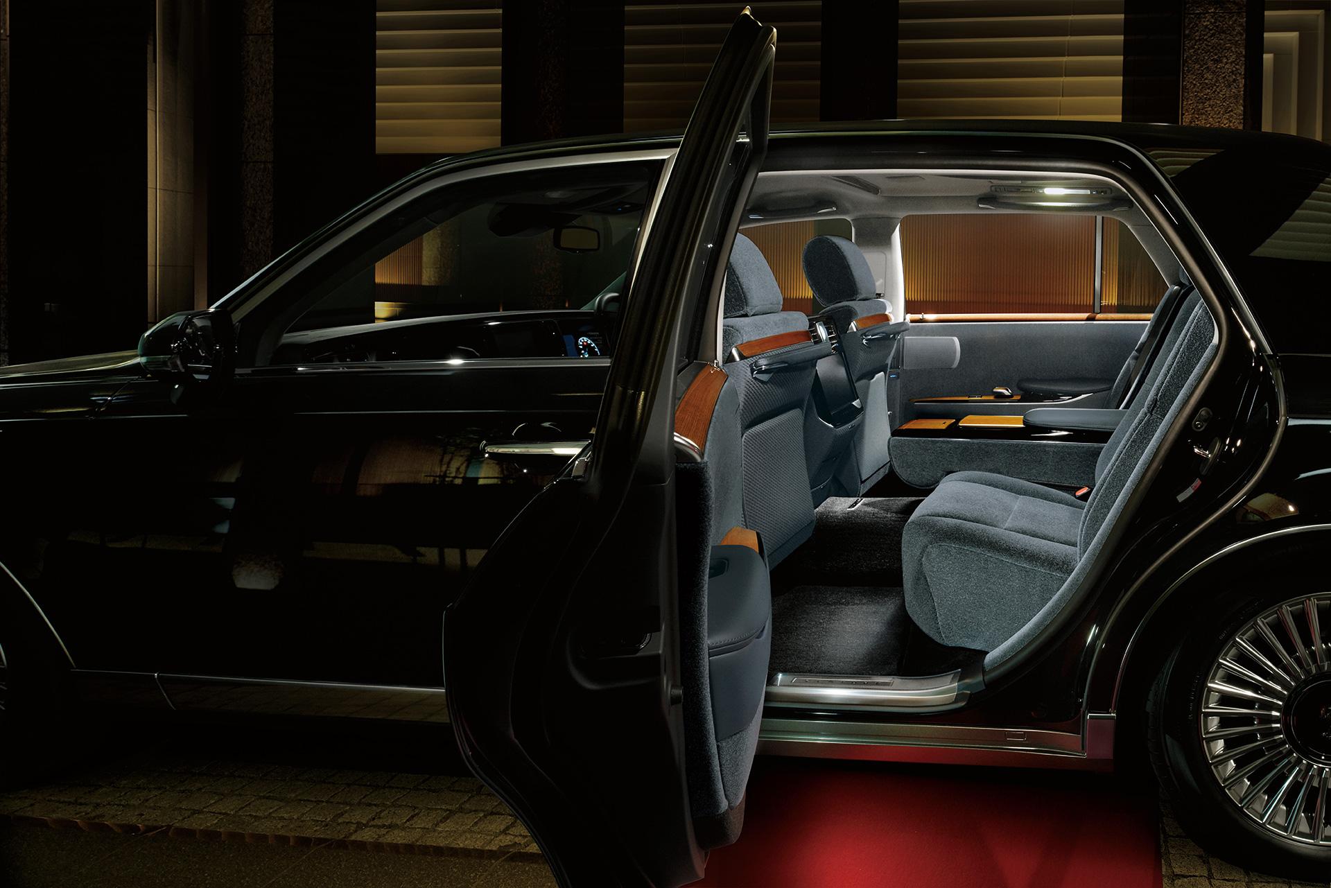 「【新車】新型トヨタ・センチュリーの快適性と「折り上げ天井様式」を採用した天井に注目」の8枚目の画像