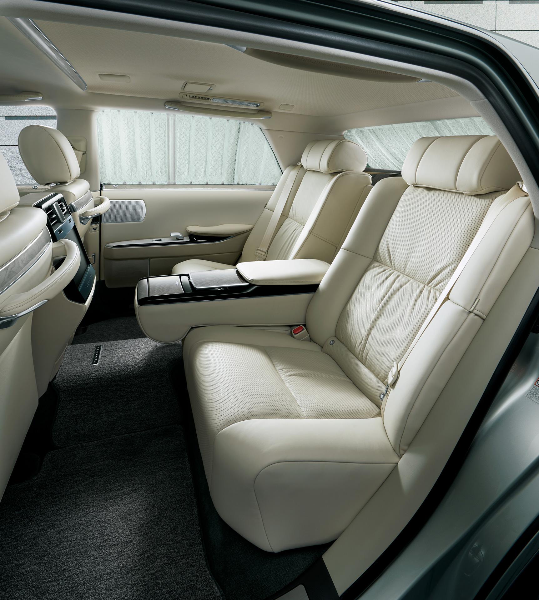 「【新車】新型トヨタ・センチュリーの快適性と「折り上げ天井様式」を採用した天井に注目」の7枚目の画像