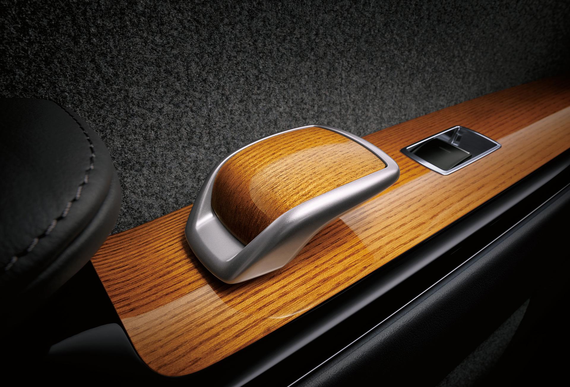 「【新車】新型トヨタ・センチュリーの快適性と「折り上げ天井様式」を採用した天井に注目」の4枚目の画像
