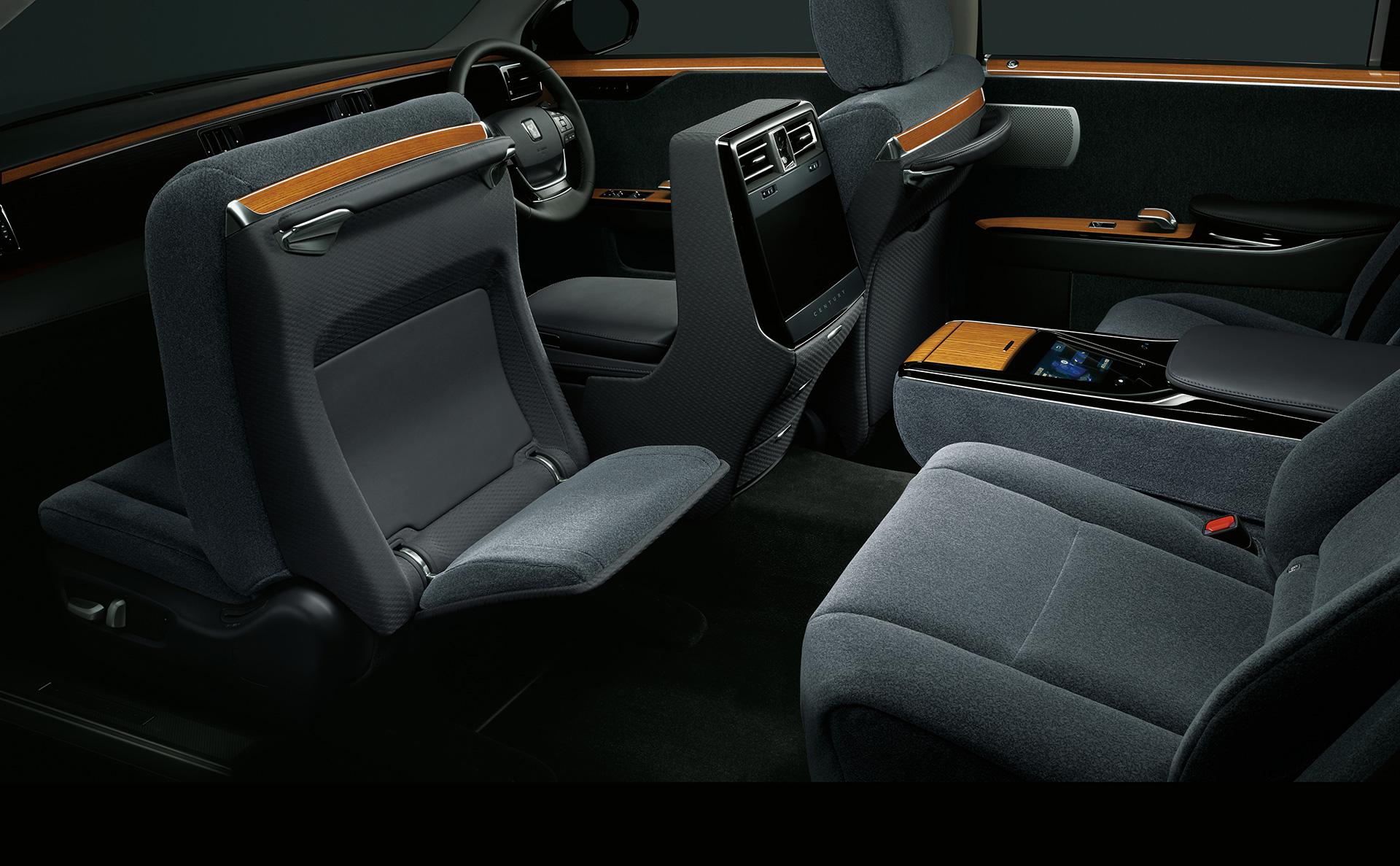 「【新車】新型トヨタ・センチュリーの快適性と「折り上げ天井様式」を採用した天井に注目」の1枚目の画像