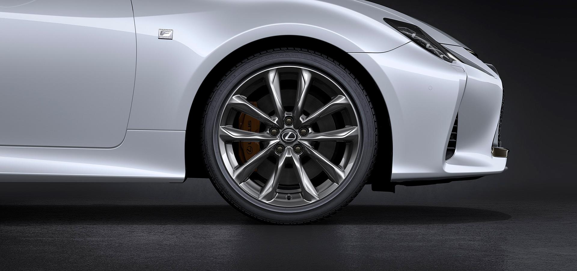 「【新車】レクサスRCがマイナーチェンジ。LC譲りのエレガントな外観と高い走行性能を獲得」の1枚目の画像