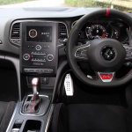 【ルノー メガーヌR.S.試乗】ホットハッチでありながら「GT」的性格を示す走行モードと安全装備 - IMG_3714