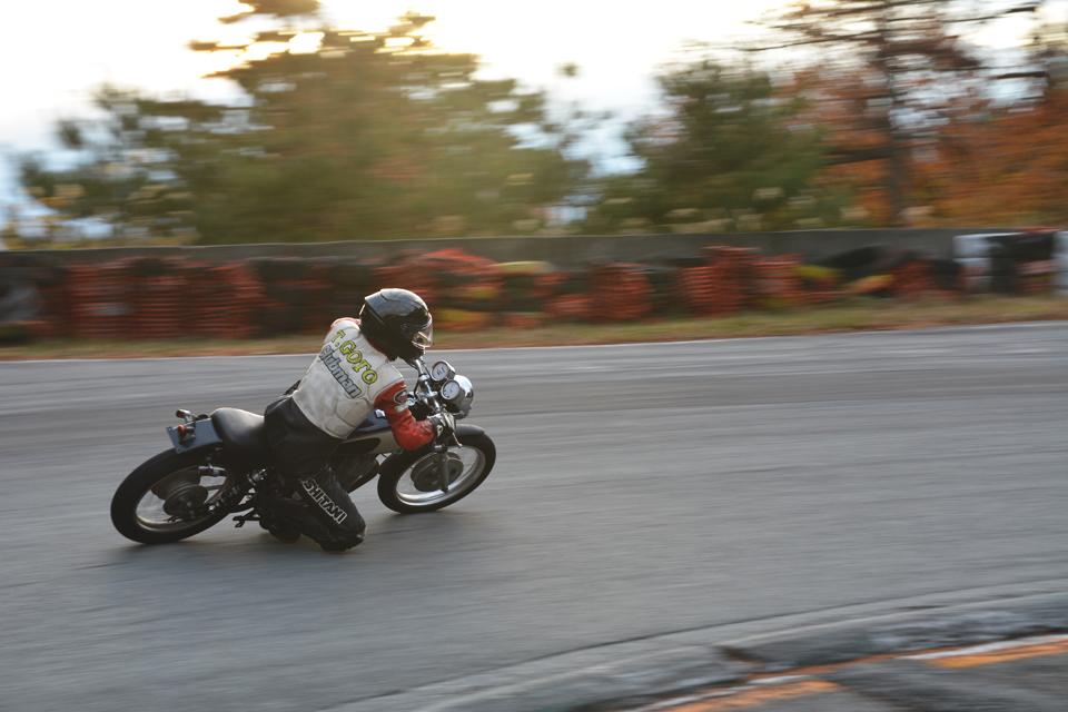 「ついにサーキットで初走行。レスポンス抜群のKOSOキャブと超絶ハンドリングでコケる気がしない!?【5万円SR】」の9枚目の画像