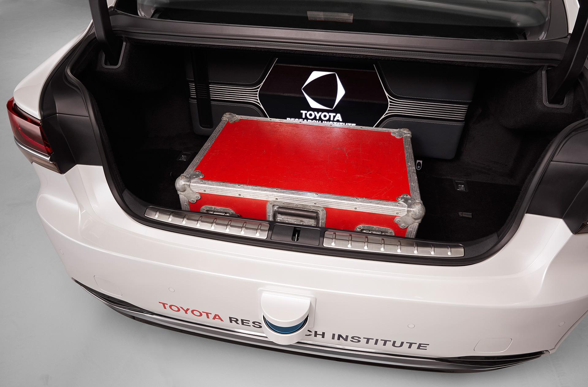 「【CES 2019】新型レクサスLSをベースとした自動運転実験車「TRI-P4」を披露」の1枚目の画像