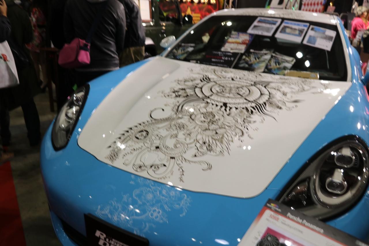 「「はがせるペイント」でクルマのボディにアートペイント。隠されたメッセージに心安らぐ【東京オートサロン2019】」の2枚目の画像