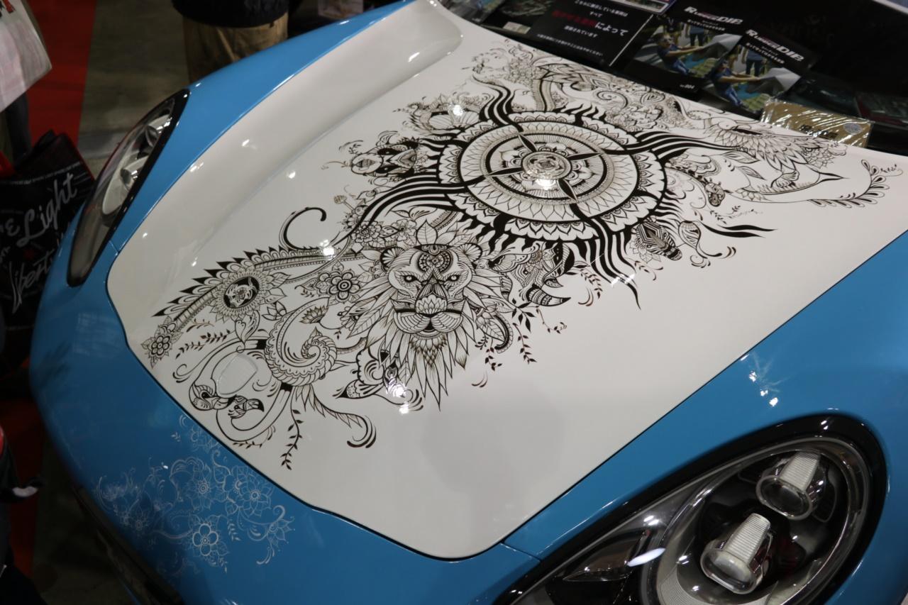 「「はがせるペイント」でクルマのボディにアートペイント。隠されたメッセージに心安らぐ【東京オートサロン2019】」の3枚目の画像