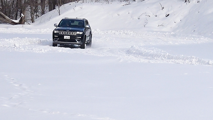 「【グランド チェロキー雪上試乗】ジープの最上級SUVはアメリカンなフィールで安心感もハイクラス」の12枚目の画像