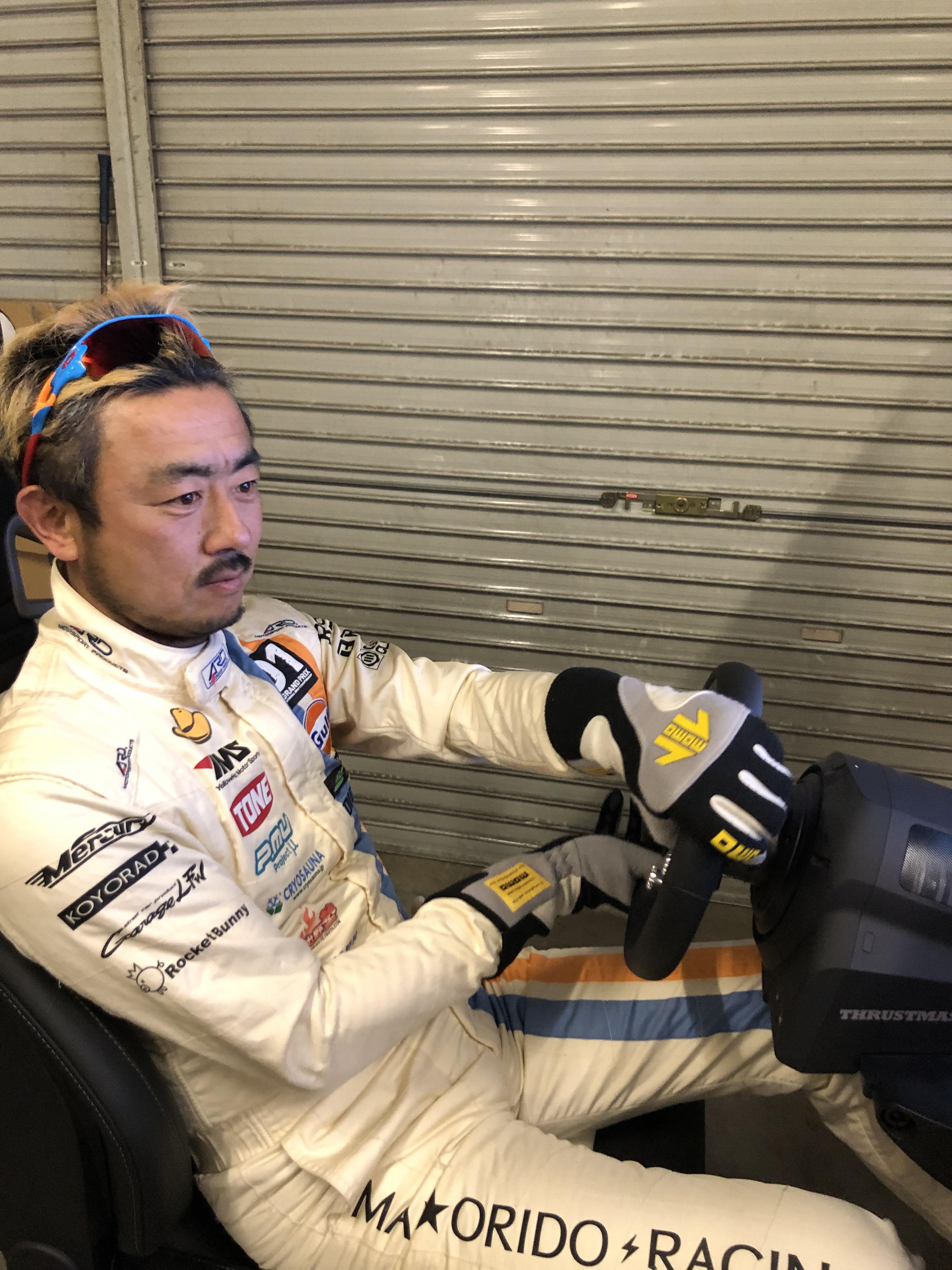 「実はゲーマー? D1GP選手日比野哲也がFIA公認SIMを体験。 塚本奈々美がeモータースポーツを視察してきました」の4枚目の画像