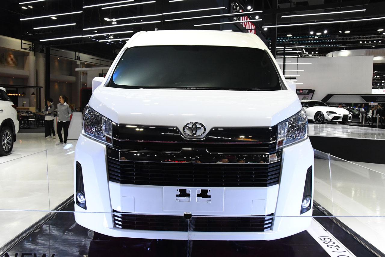 「トヨタブースに展示された新型ハイエースはウィンドウをブラックアウト。その理由は?【バンコク・モーターショー2019】」の2枚目の画像