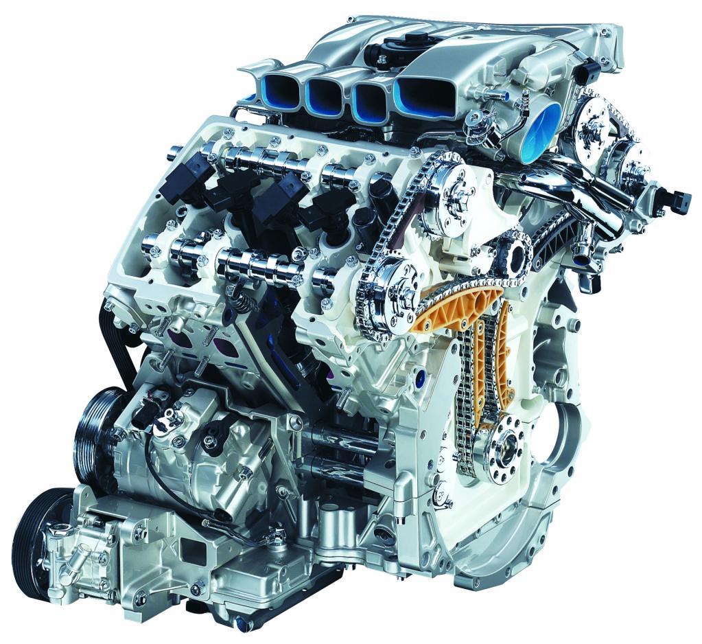 カムシャフトはエンジン後ろ側に配置されたチェーンで駆動。クランクシャフト〜インターミディエイトシャフトへはダブルチェーンで力が伝わる。左右の各シリンダーヘッドへはシングルチェーンで伝達。エンジン重量は190kg。