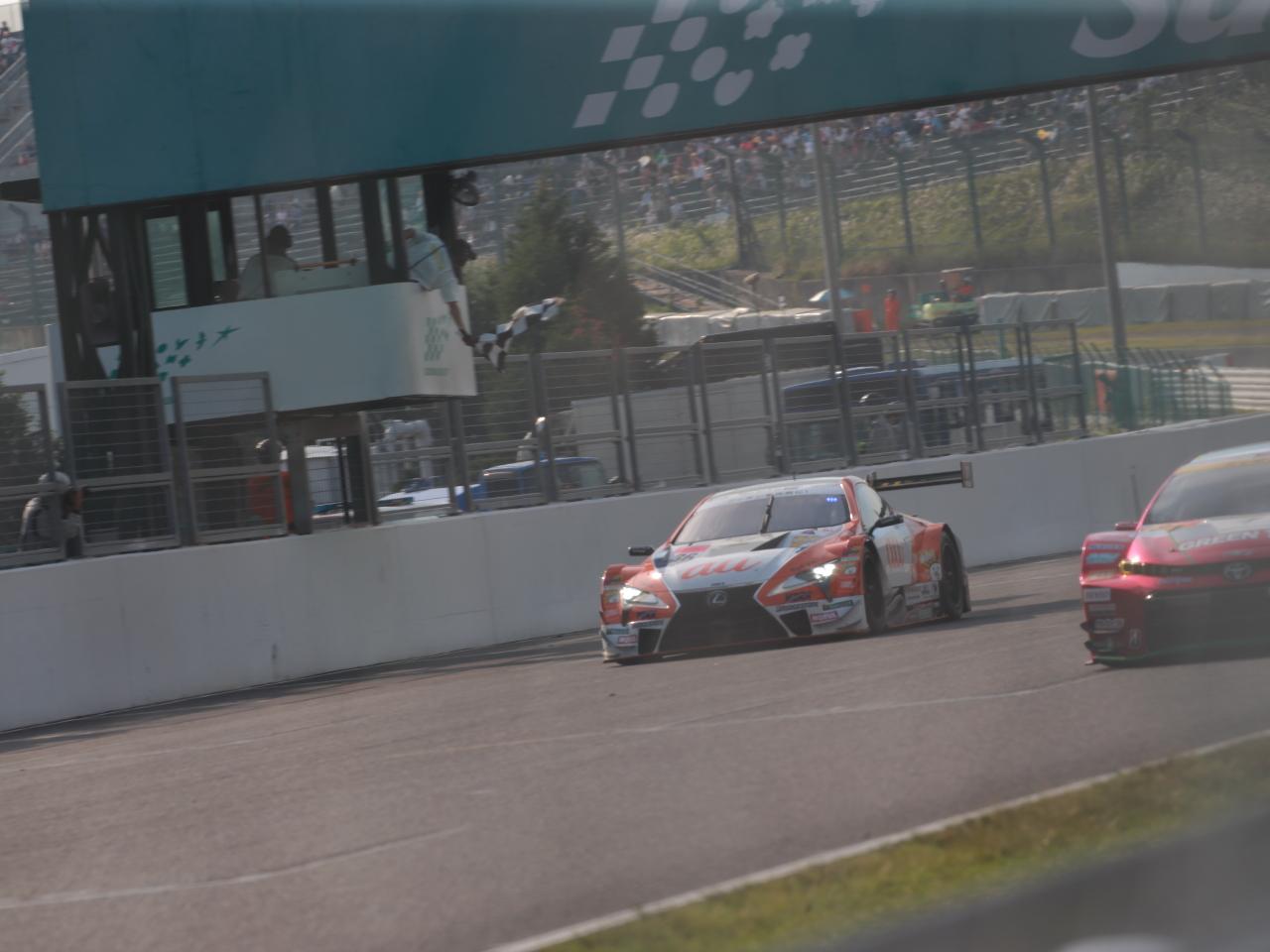 「猛暑の鈴鹿決戦、GT500は「最後の鈴鹿」となるLC500が表彰台を独占!」の4枚目の画像