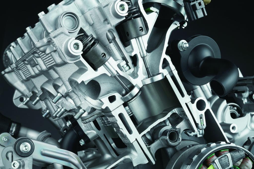 空気燃料比がリッチ側に大きく振れる加速時や最高出力付近ではエアインダクションによりHCを排気管内で酸素と反応(燃焼)させる。自動車用の高出力エンジンと同様だ。