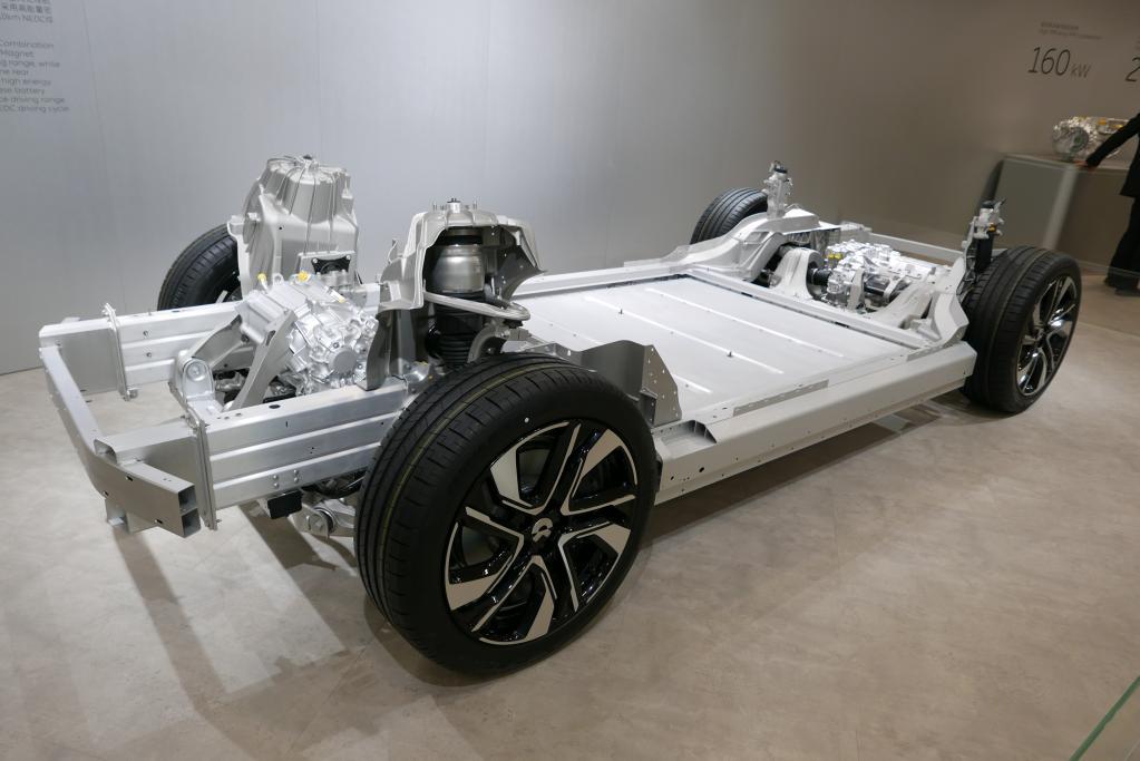 フロントアクスルには160kWの永久磁石同期モーターをリヤには240kWのインダクション(誘導)モーターを搭載する。220kWのデュアルモーターも展示した