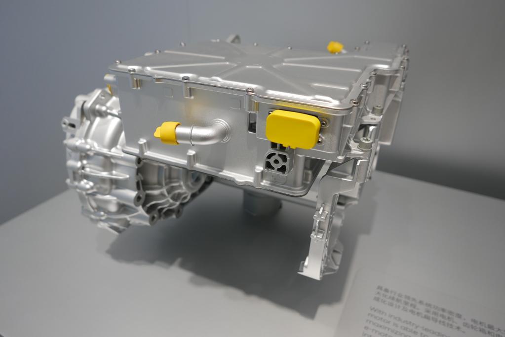 ピークパワー160kW /ピークトルク305Nmのフロント永久磁石同期モーター