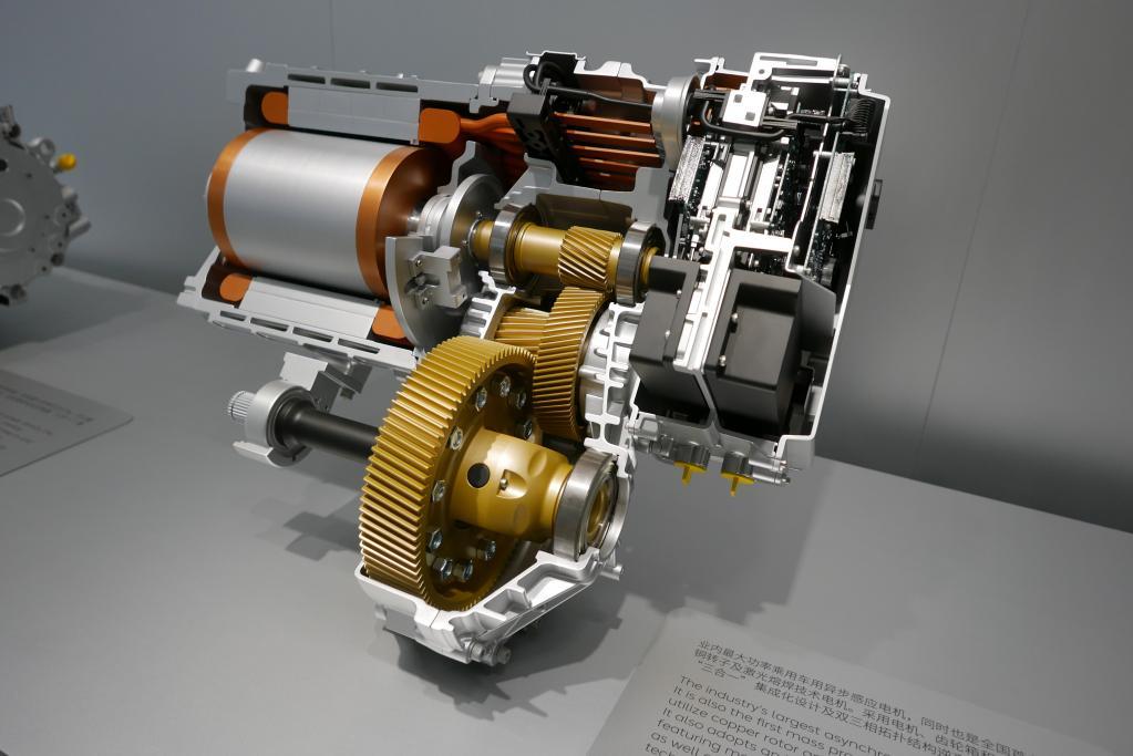リヤに積む240kWのインダクション(誘導)モーターを搭載する。