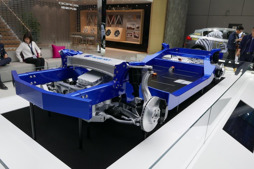 BLUE SKYというロゴが見えるフロント部。120kWhの大容量バッテリーは定石通りフロアに敷き詰める。