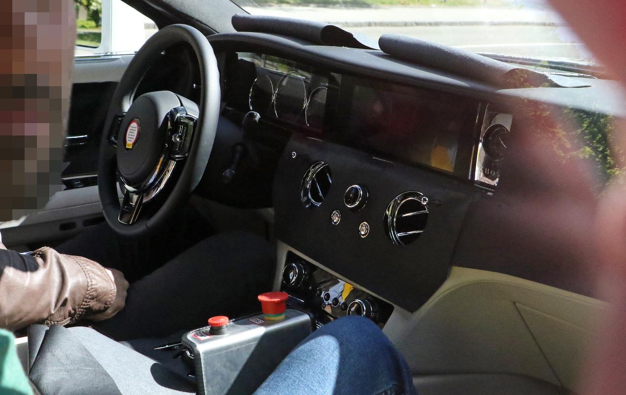 「ロールス・ロイス 新型ゴーストにPHV設定へ。デジタルコックピットをキャッチ」の1枚目の画像