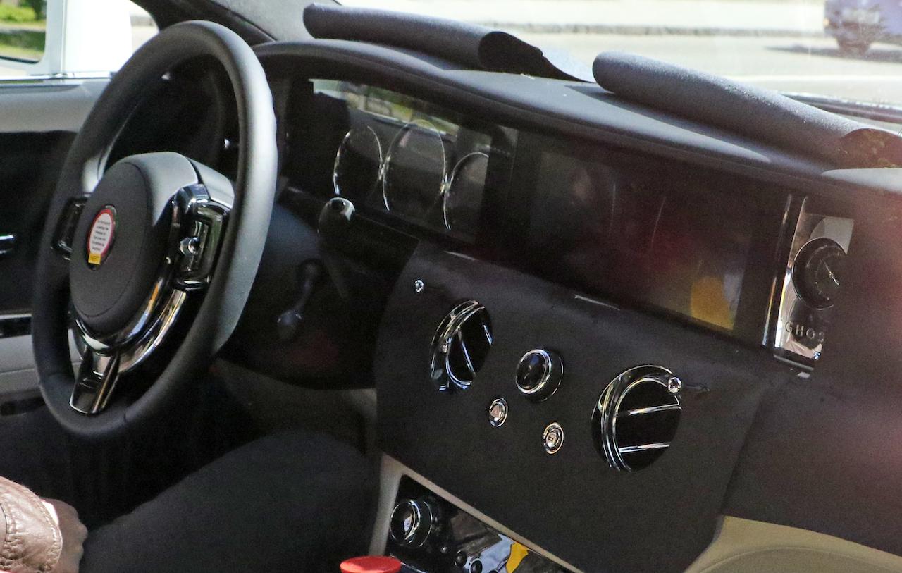 「ロールス・ロイス 新型ゴーストにPHV設定へ。デジタルコックピットをキャッチ」の2枚目の画像
