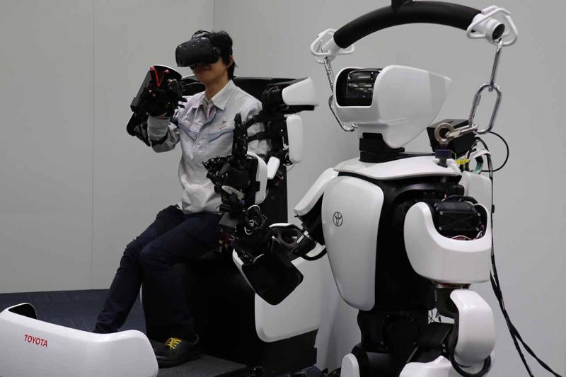 ヒューマノイドロボット「T-HR3」とマスター操縦システム