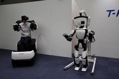 マスター操縦システムとヒューマノイドロボット「T-HR3」