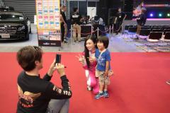 子供との写真撮影に応じる塚本奈々美さん