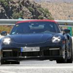 赤いファブリックルーフを装着し開発は大詰め!? 新型・ポルシェ 911ターボ カブリオレのプロトタイプをキャッチ - Porsche 992 turbo cab 1