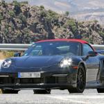 赤いファブリックルーフを装着し開発は大詰め!? 新型・ポルシェ 911ターボ カブリオレのプロトタイプをキャッチ - Porsche 992 turbo cab 2