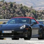 赤いファブリックルーフを装着し開発は大詰め!? 新型・ポルシェ 911ターボ カブリオレのプロトタイプをキャッチ - Porsche 992 turbo cab 3