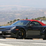 赤いファブリックルーフを装着し開発は大詰め!? 新型・ポルシェ 911ターボ カブリオレのプロトタイプをキャッチ - Porsche 992 turbo cab 4