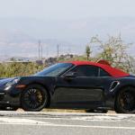 赤いファブリックルーフを装着し開発は大詰め!? 新型・ポルシェ 911ターボ カブリオレのプロトタイプをキャッチ - Porsche 992 turbo cab 5