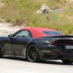 赤いファブリックルーフを装着し開発は大詰め!? 新型・ポルシェ 911ターボ カブリオレのプロトタイプをキャッチ - Porsche 992 turbo cab 9