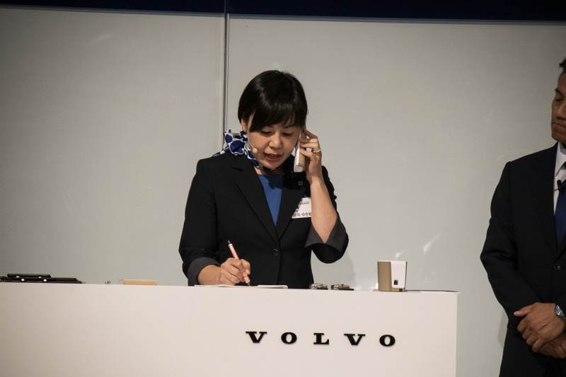ボルボセールスコンテストで電話を受けるスタッフ